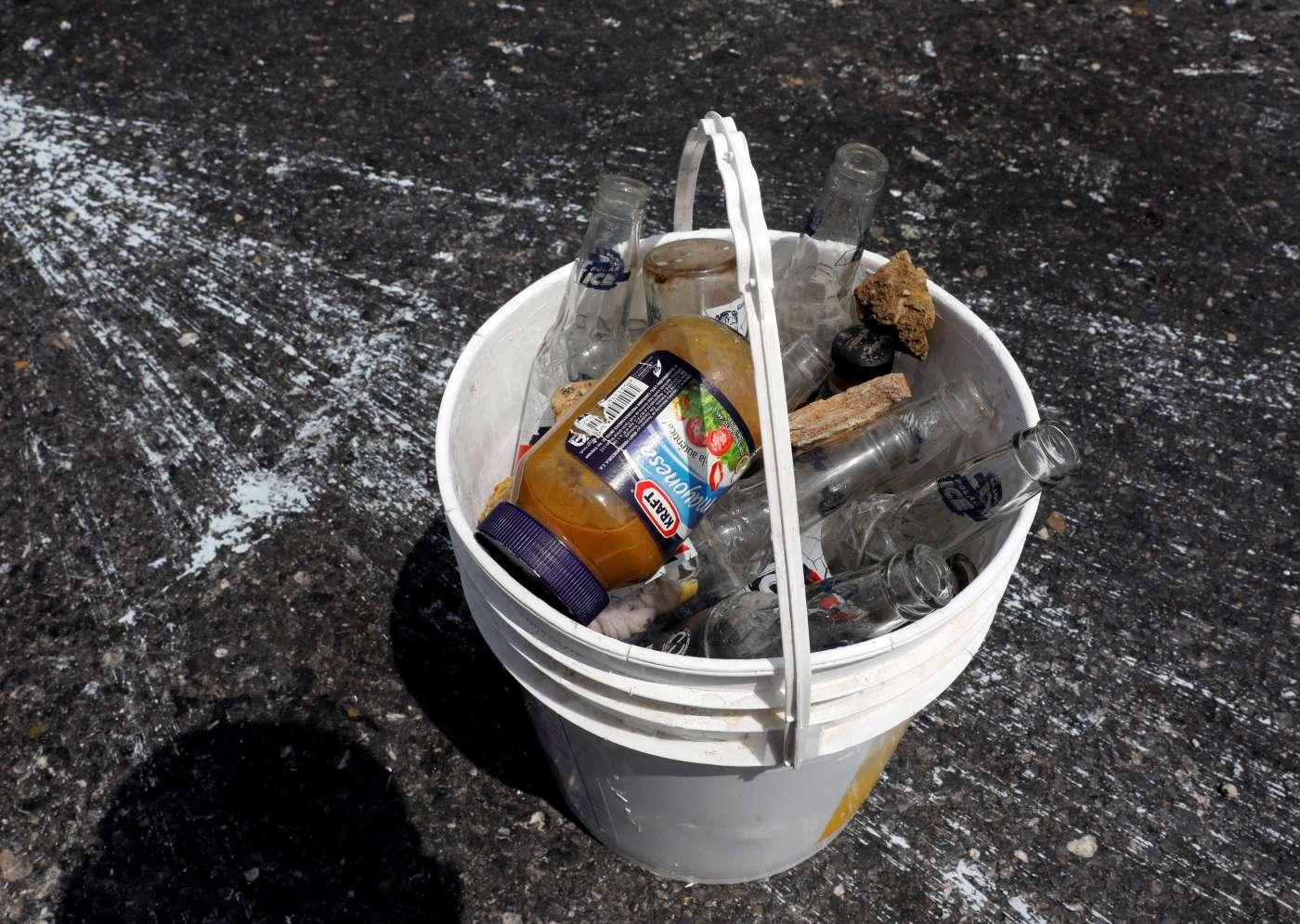 Manifestantes lanzan piedras, botes pintura y tarros de excremento a los policías venezolanos. (Reuters)