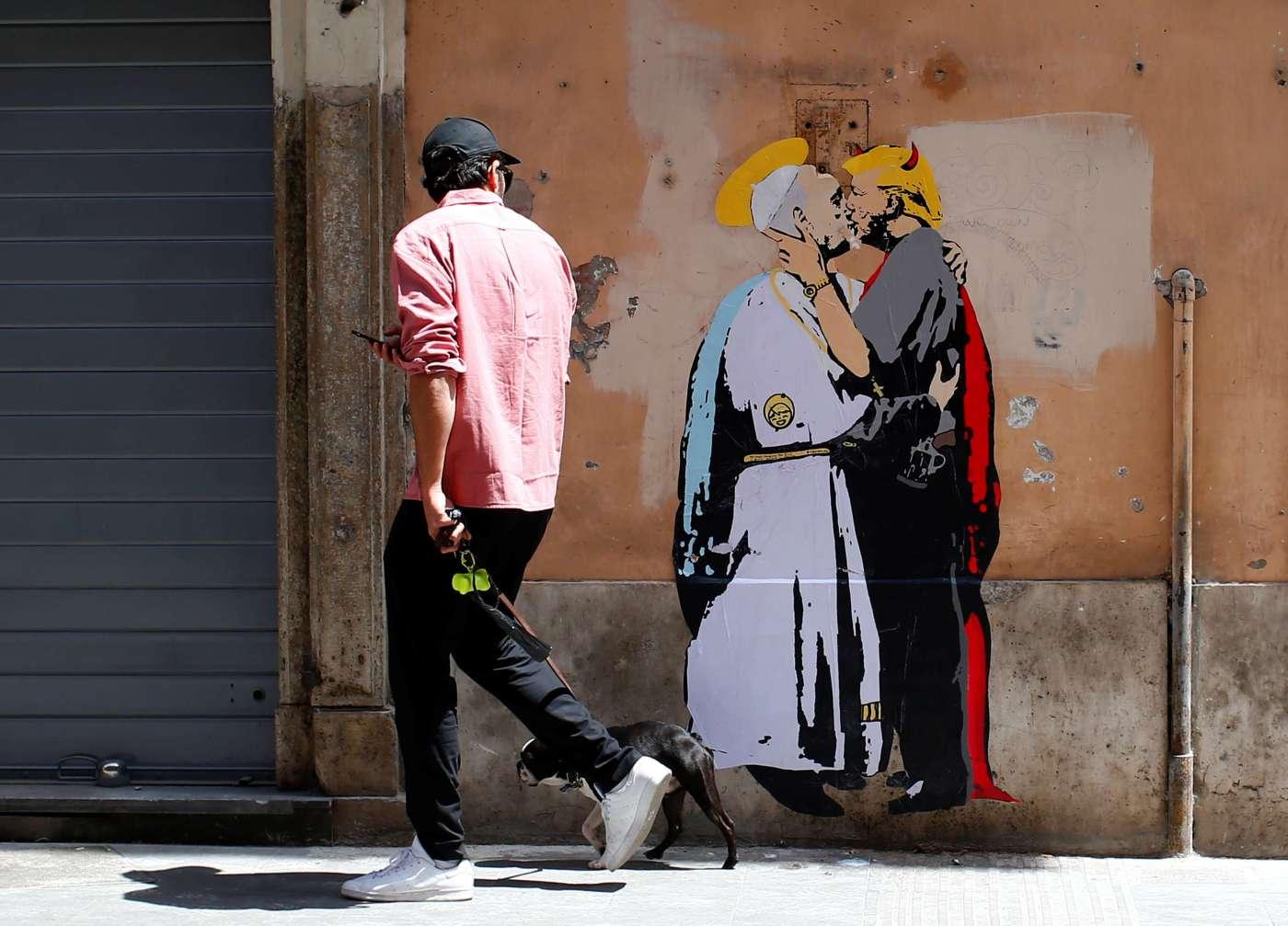 """El mural fue pegado a la pared en una calle llamada """"Vía del Banco del Espíritu Santo"""". (Reuters)"""