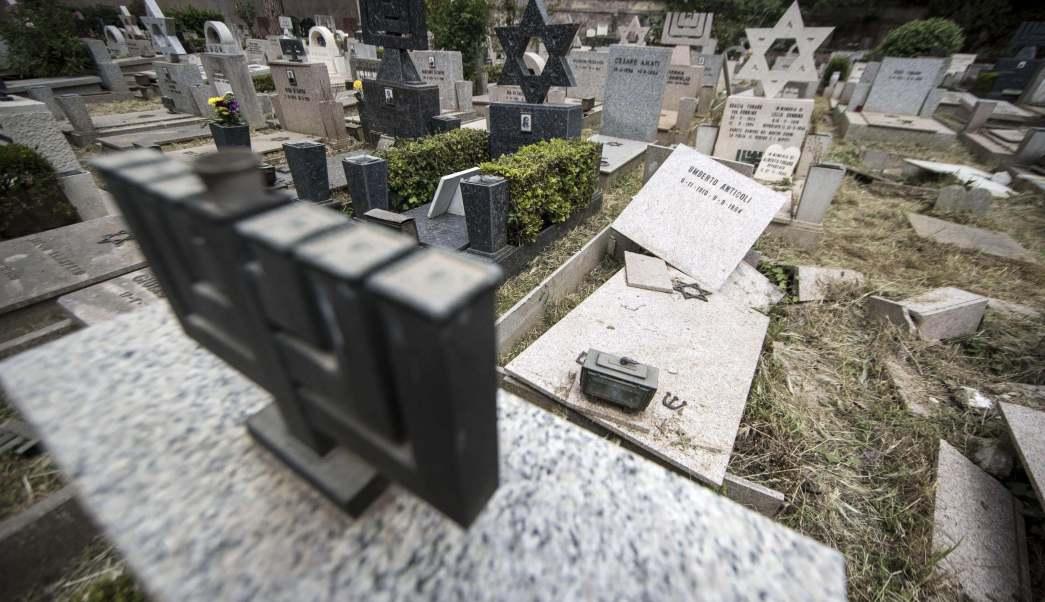 Vista de los daños producidos en 70 tumbas del cementerio Verano en Roma. EFE