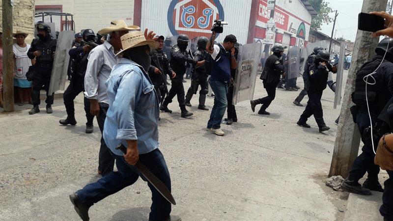 Integrantes del grupo de autodefensa local denominado Movimiento por La Paz en el municipio de San Miguel Tololapan intentan obstaculizar la entrada de las fuerzas de seguridad (EFE)