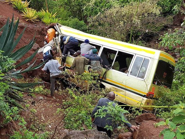 Los equipos de rescate siguen trabajando en el lugar del accidente. (http://habari24.blogspot.mx)