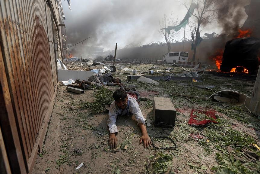 Un hombre herido yace en el suelo en el sitio de una explosión en Kabul, Afganistán (Reuters)