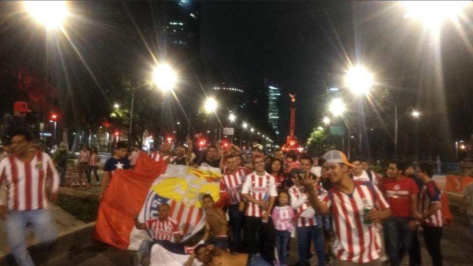 Aficionados festejan en Paseo de la Reforma