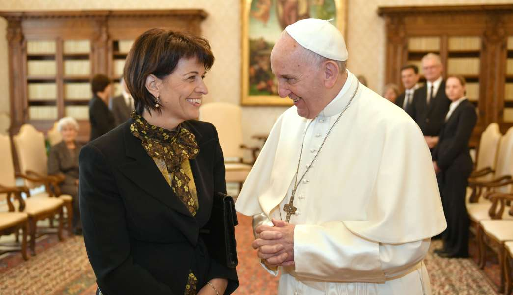 El papa Francisco se reúne con la presidenta de Suiza, Doris Leuthard. (AP)