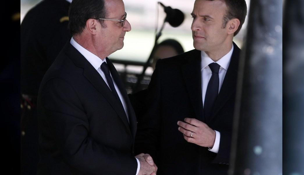 El presidente francés, Francois Hollande, y el presidente electo Emmanuel Macron se estrechan la mano. (AP/archivo)