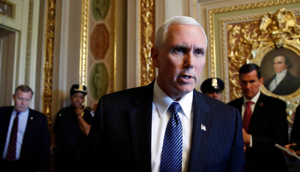 El vicepresidente Mike Pence habla sobre el despido del director del FBI. (AP)