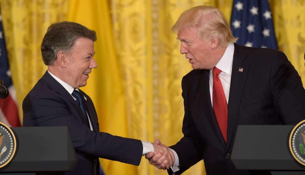 El presidente Donald Trump estrecha la mano con su homólogo colombiano, Juan Manuel Santos, durante una conferencia de prensa en Washington. (AP)