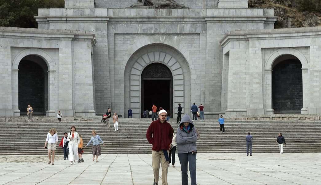 Turistas visitan el Valle de los Caídos, en El Escorial, cerca de Madrid. (AP)