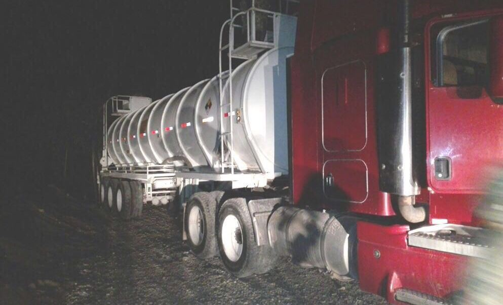 Aseguran tractocamión y 30 mil litros de hidrocarburo en Cárdenas