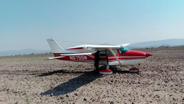Avioneta aterriza de emergencia en campo de cultivo en Hidalgo