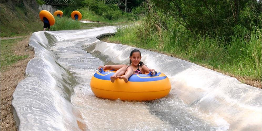 Joven disfruta de parque acuático en Monterrey