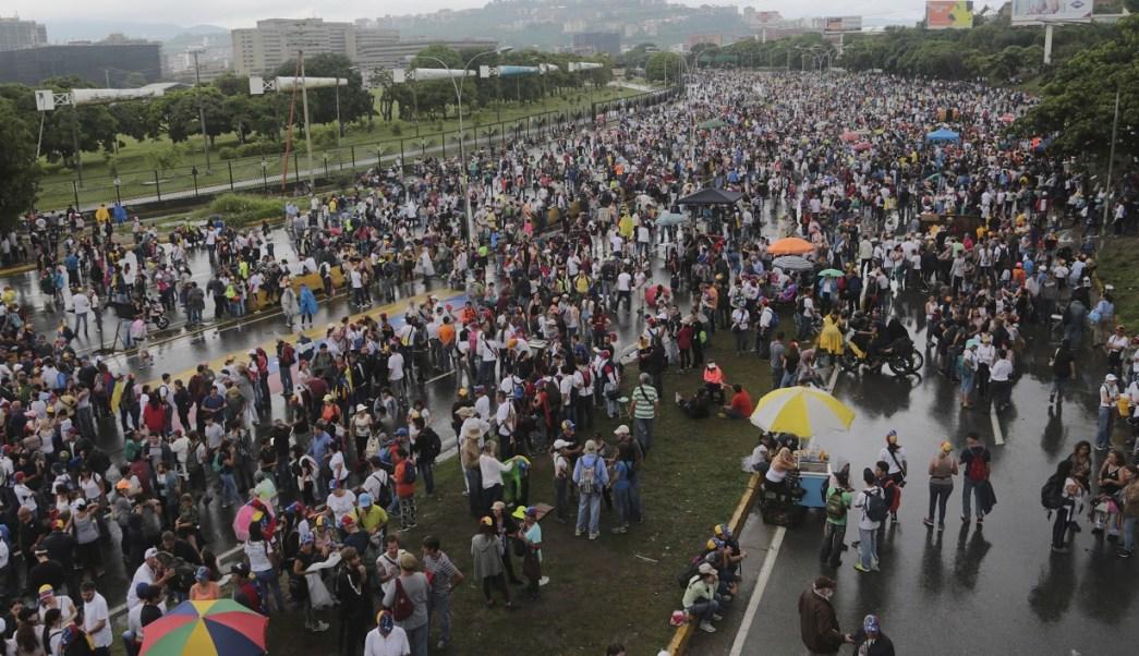 Opositores bloquean carreteras en Venezuela (AP)Opositores bloquean carreteras en Venezuela (AP)
