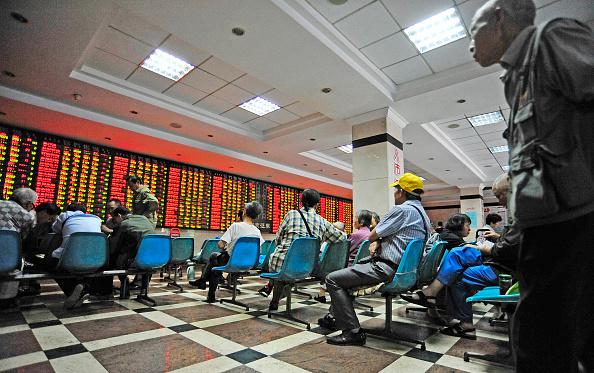 Inversionistas chinos revisan los movimientos en la Bolsa