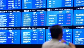 Tablero electrónico con información de las acciones en la Bolsa de Tokio