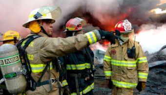 Personal de urgencias trabaja para controlar incendio