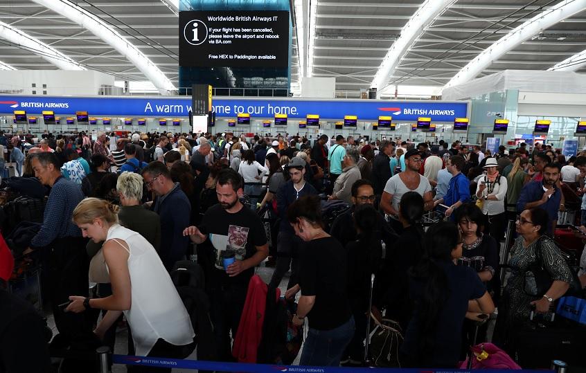 Decenas de vuelos de BA siguen cancelados en Heathrow tras fallo informático (Reuters)