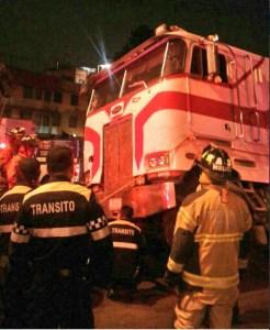 Bomberos atienden volcadura de camión