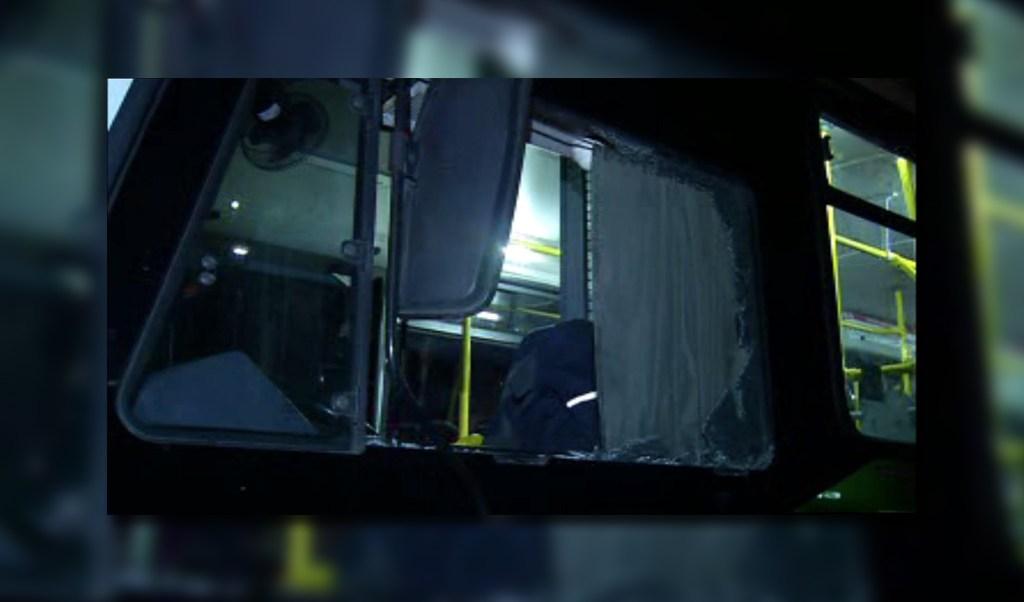Camión termina con vidrios rotos tras intento de asalto