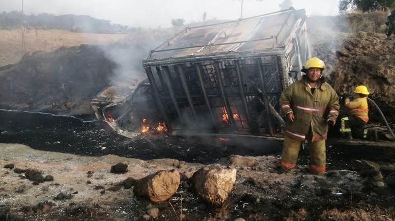 Se incendia pipa huachicolera con 4 mil litros de combustible