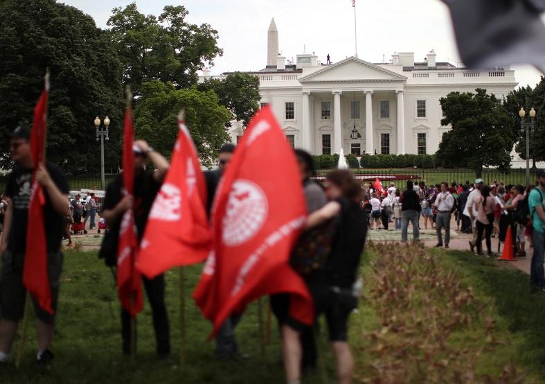 Una multitud se congregó frente a la Casa Blanca por medidas antiinmigrantes (Reuters)