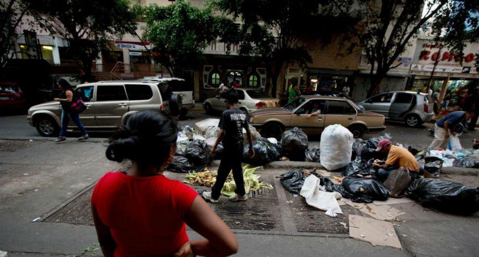 Cientos de venezolanos buscan comida entre la basura
