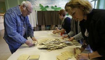 Los voluntarios de las votaciones cuentan las boletas cerca de Marsella, en Francia. (AP)