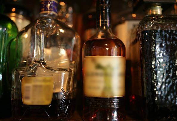 Botellas de whisky exhibidas para su venta