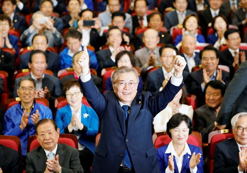 Moon Jae-in, el candidato presidencial del Partido Demócrata de Corea, mira una encuesta de salida de las elecciones presidenciales en Seúl (Reuters)