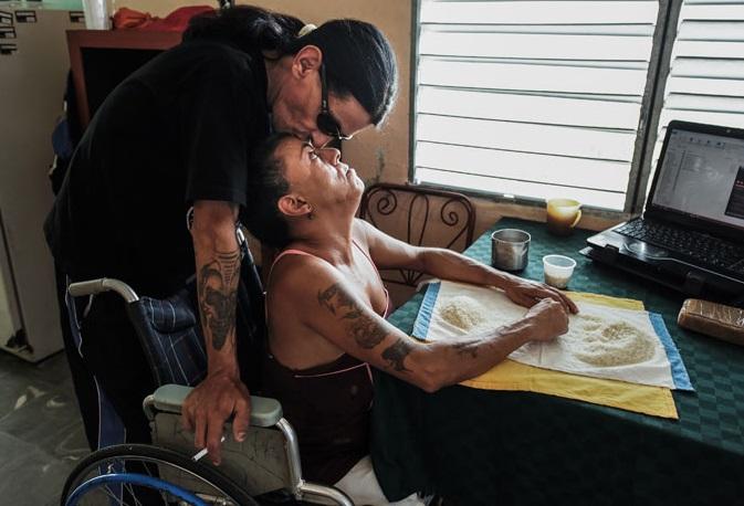 Gerson Govea y su esposa en una silla de ruedas (Foto: indiatimes)