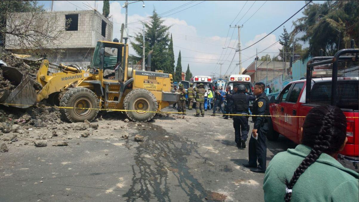 Derrumbe de trabajos delegacionales deja un muerto en Iztapalapa