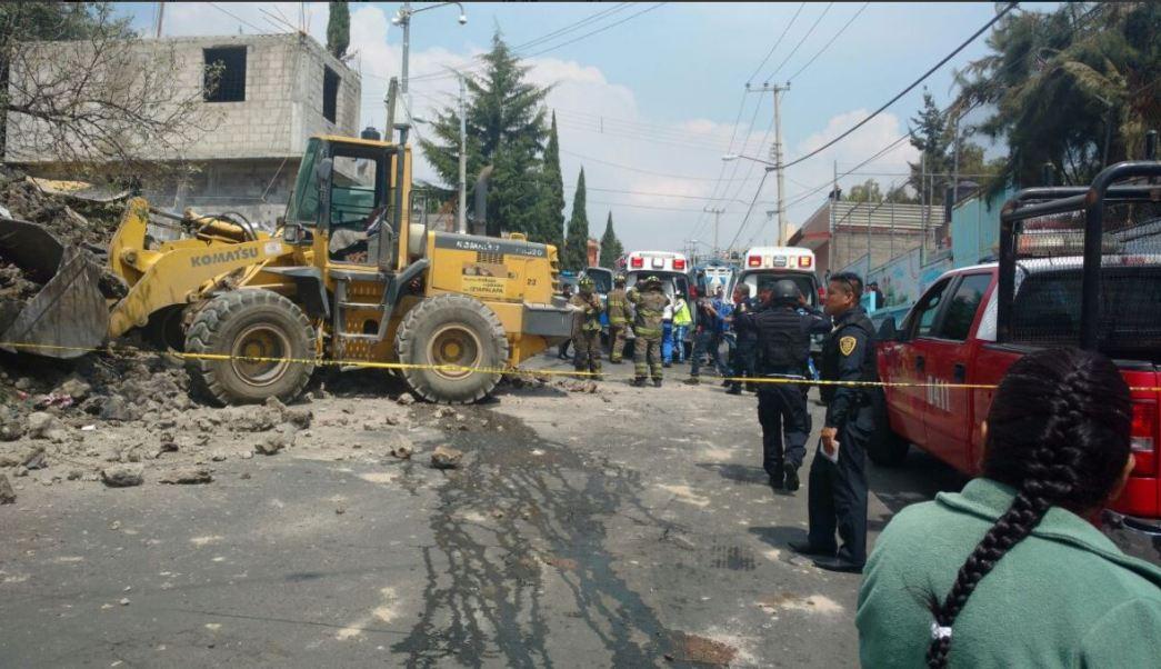 Autoridades resguardan la zona donde se registro un derrumbe