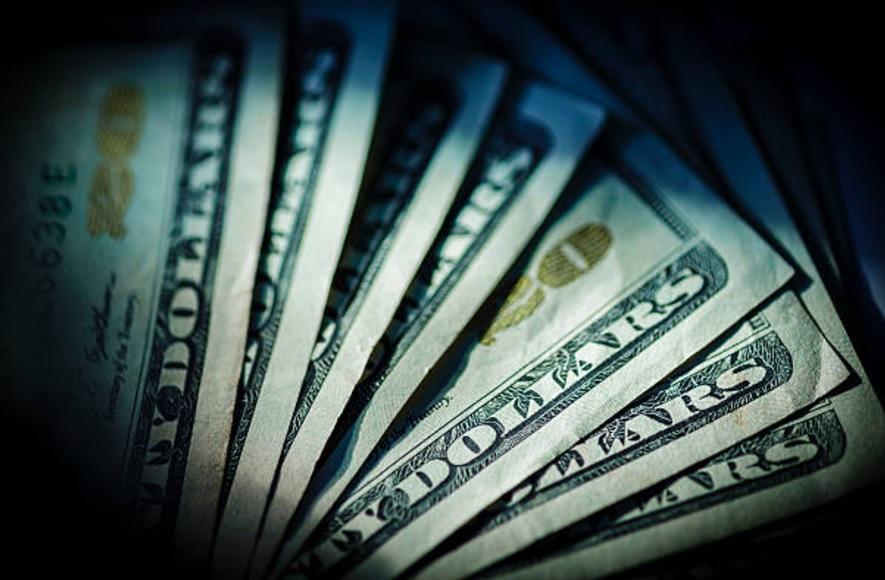 El dólar continúa a la baja; este jueves se cotizó hasta en 19.23 pesos en bancos capitalinos. (Getty Images/Archivo)