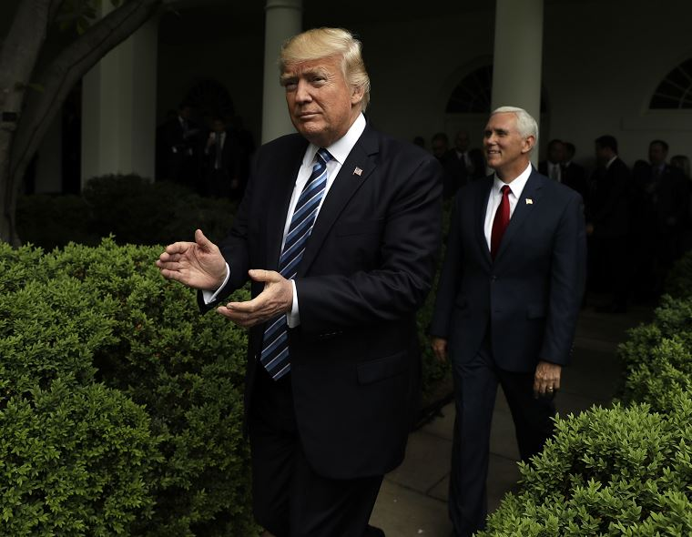 Donald Trump aplaude al llegar al Jardín de las Rosas de la Casa Blanca después de que la Cámara aprobara su proyecto de ley de salud. (AP)