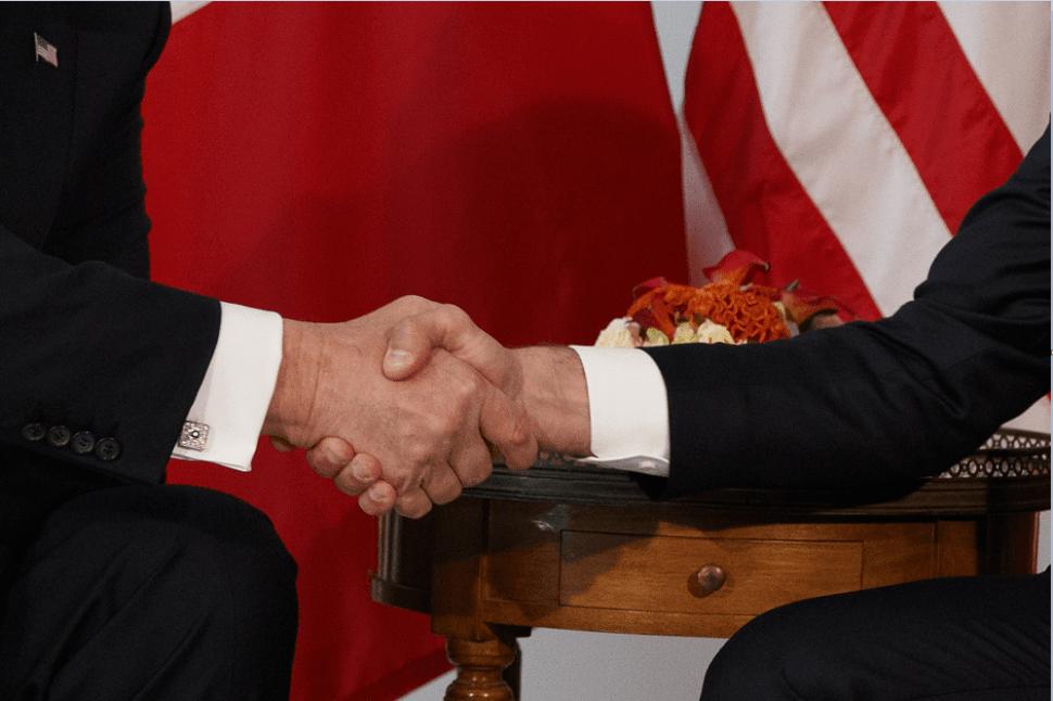 El apretón de manos entre Trump y Macron fue muy comentado en los medios internacionales