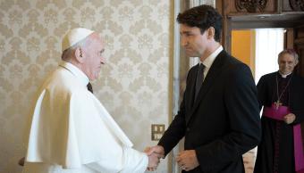 El papa Francisco saluda a Justin Trudeau en el Vaticano