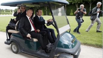 El presidente Macron conduce un auto eléctrico de golf y a su lado viaja Vladimir Putin