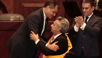 El presidente saliente Rafael Correa impuso la banda presidencial a Lenín Moreno en la Asamblea Nacional.