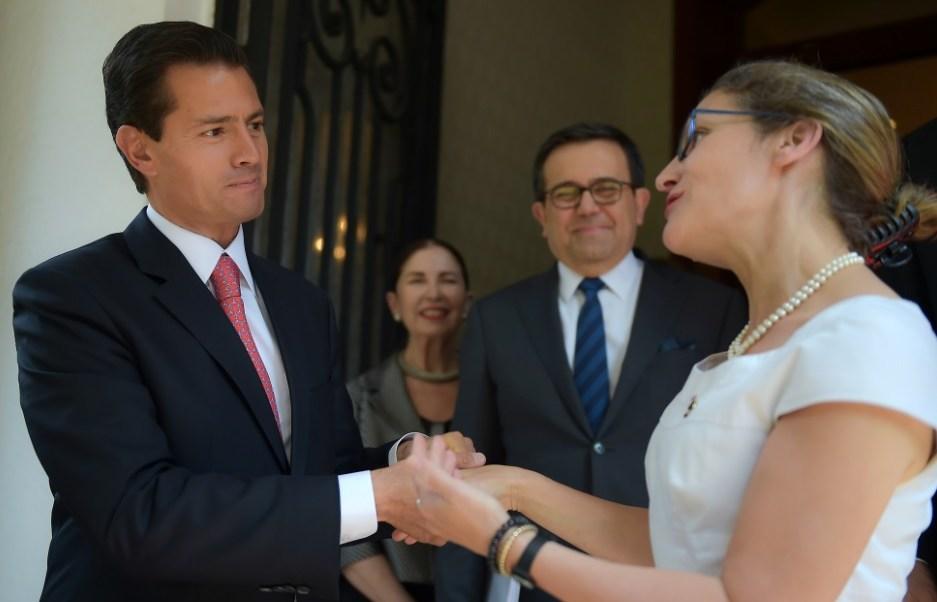 El presidente Enrique Peña Nieto recibe en Los Pinos a Chrystia Freeland, ministra de Asuntos Exteriores de Canadá. (Presidencia de la República)