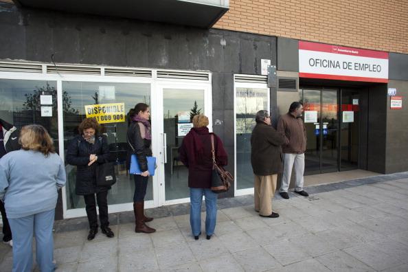 Personas acuden a una oficina de empleo en España