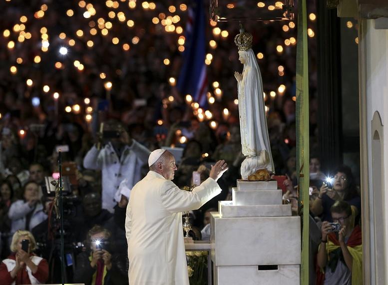 El papa Francisco ora delante de la estatua de Nuestra Señora de Fátima (AP)