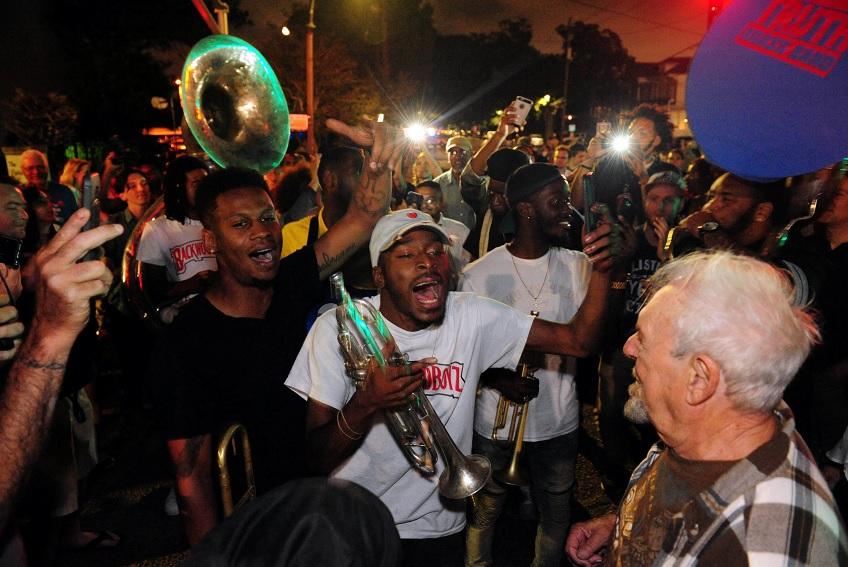 Habitantes de New Orleans celebran remoción de monumento (Reuters)