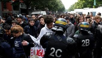 Los policías antidisturbios franceses durante una manifestación antes de la segunda ronda de las elecciones presidenciales en París (Reuters