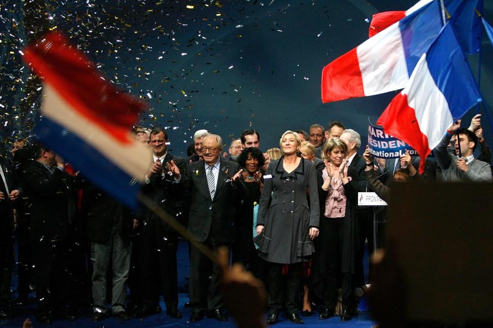 Jean-Marie Le Pen y su hija Marine Le Pen hasta el frente en el año 2011 tras seleccionar a Marine Le Pen como líder del partido Frente Nacional.