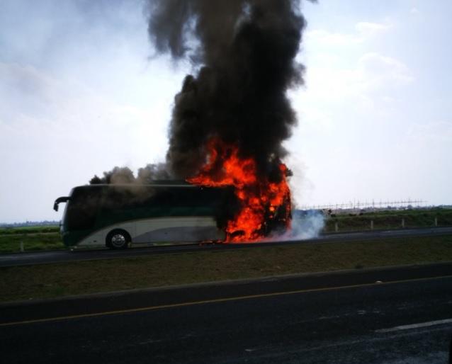 El incendio se originó por Una falla mecánica en el sistema eléctrico del autobús. (Noticieros Televisa)