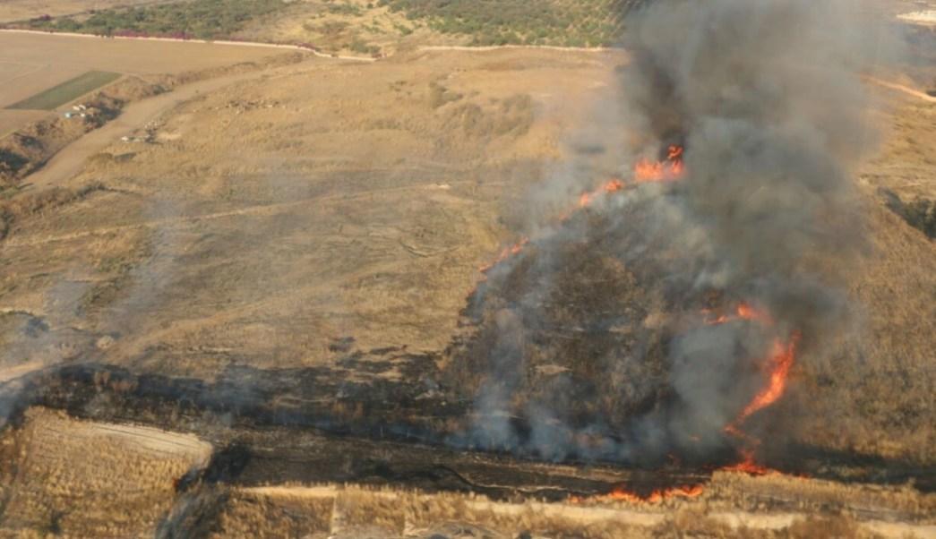 Brigadistas trabajan para sofocar un incendio en Zapopan. (Twiter: @UMPCyBZ)