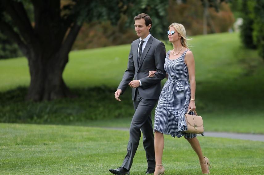 Ivanka Trump y su marido caminan a lo largo de los jardines de la Casa Blanca (Reuters)