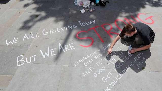 Joven escribe mensaje de solidaridad con víctimas del atentado en Manchester