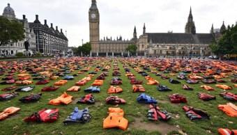 """Manifestantes crean un """"cementerio de chalecos salvavidas"""" de inmigrantes en la Plaza del Parlamento en Londres, Inglaterra (Getty Images/archivo)"""