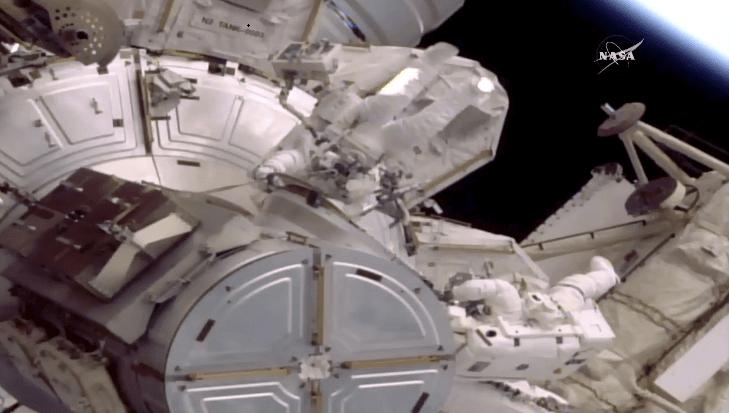 Histórica caminata espacial comienza con atraso por fuga de agua