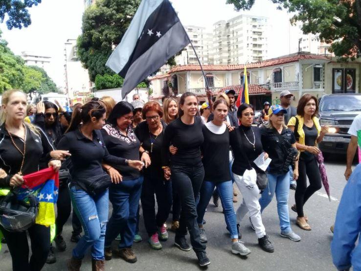 Madres opositoras protestan frente a sede militar en Caracas